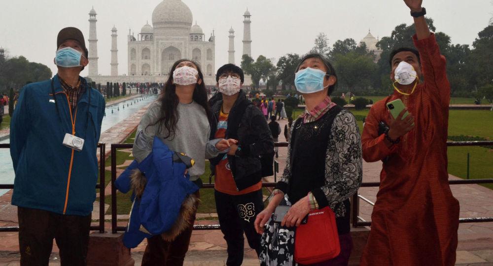 Үндістанда қыдырып жүрген қытайлық туристер, архивтегі сурет