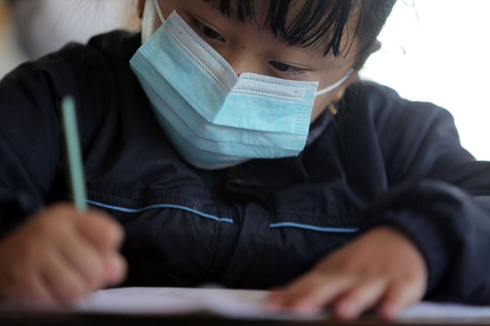 Ребенок в защитной маске