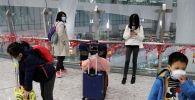 Пассажиры в защитных масках
