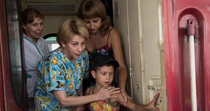Елизавета Глинка (Доктор Лиза) привезла в Россию девять тяжелобольных детей с востока Украины