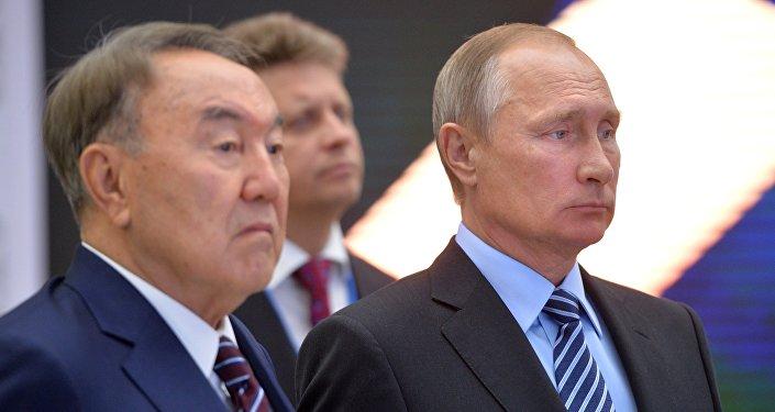 Президент РФ Владимир Путин (справа) и президент Казахстана Нурсултан Назарбаев