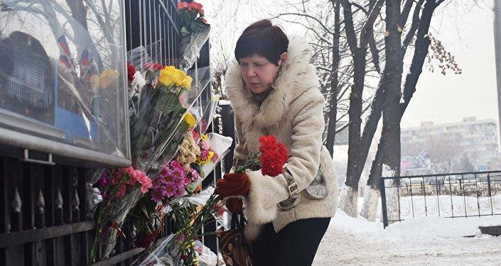 Казахстанцы возлагают цветы к посольству и консульству России