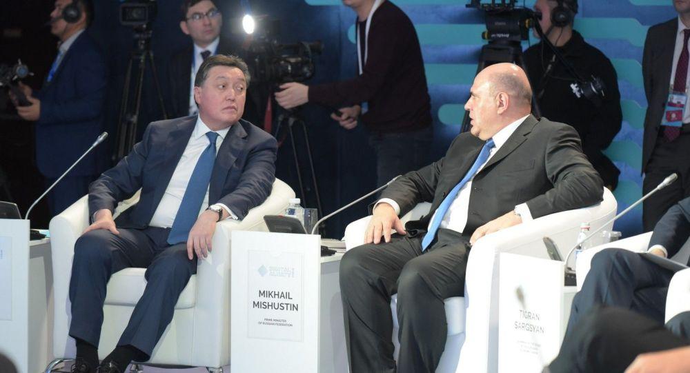Форум Цифровое будущее глобальной экономики . Михаил Мишустин (справа) и Аскар Мамин (слева)
