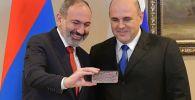 Председатель правительства РФ Михаил Мишустин и премьер-министр Армении Никол Пашинян (слева) во время встречи