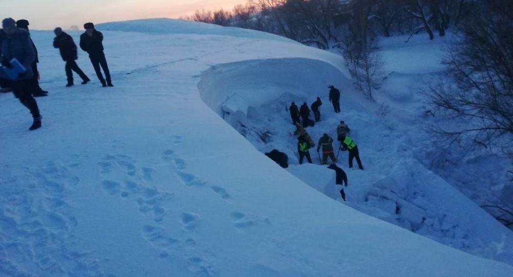 Снежный завал, под которым остался ребенок