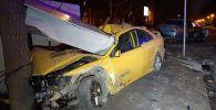 Мазда снесла электрощитовую и врезалась в дерево на перекрестке улиц Толе би и Муканова