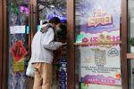 Женщина выбирает товары в магазине китайских товаров