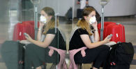Женщина в защитной маске в аэропорту