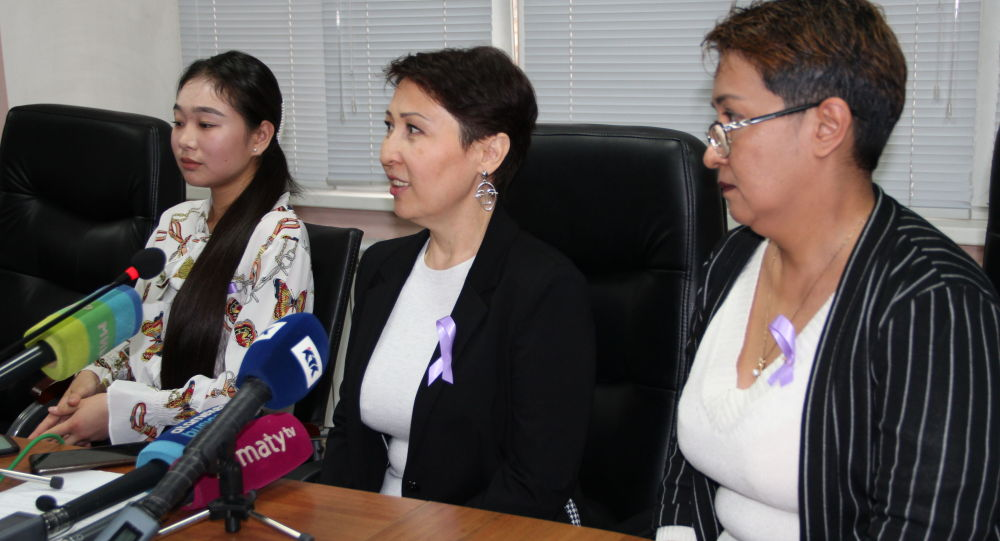 Шолпан Уәлиева (оң жақта), Гүлнар Дастанова (ортада)