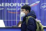 Пассажир в маске в московском аэропорту Шереметьево