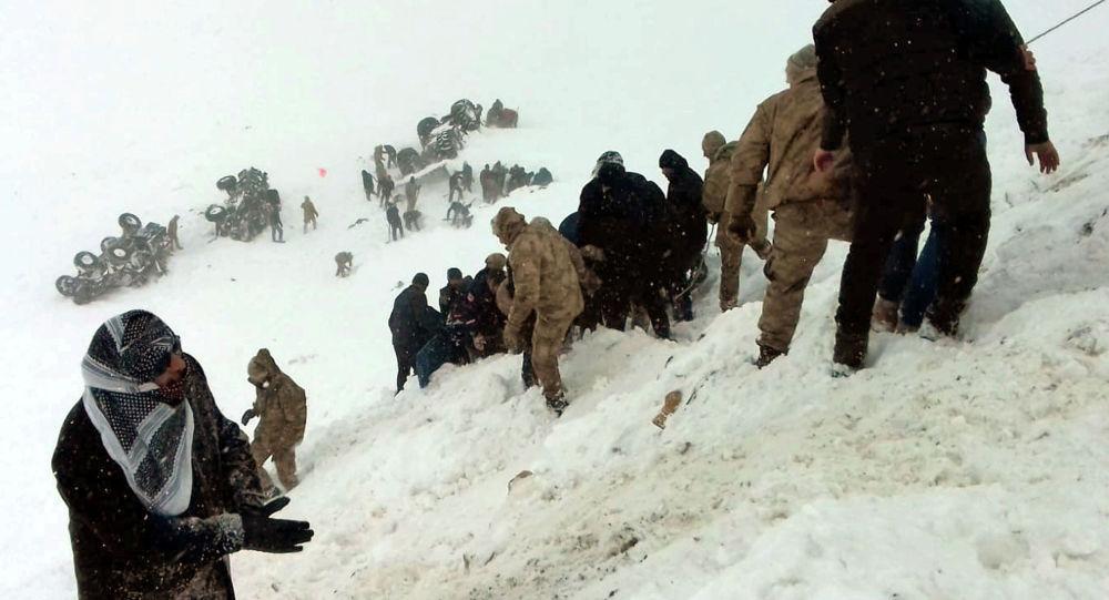 Турецкие солдаты и местные жители пытаются спасти людей, попавших под лавину в Бахчесарае, Турция