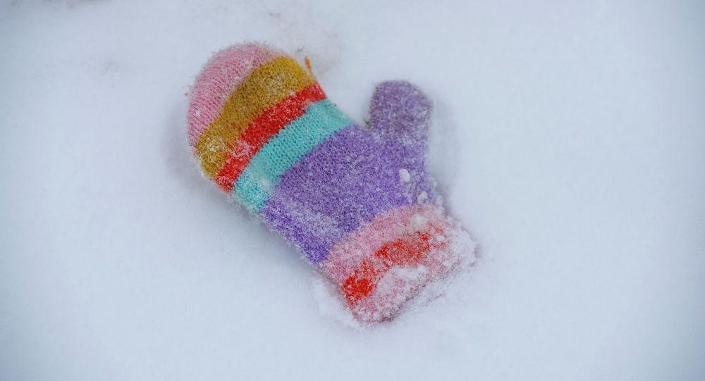 Варежка на снегу