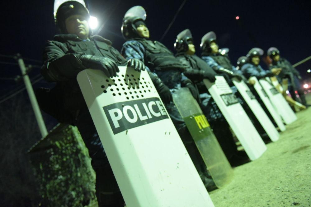 ІІМ ақпаратынша, полицияның бес қызметкері жарақат алды, құқық қорғаушылар қару қолданбаған.