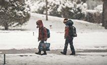 Архивное фото школьников во время снегопада