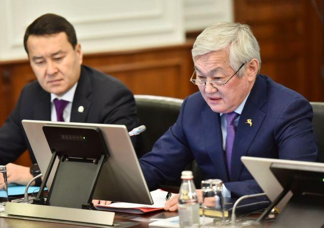 Бердибек Сапарбаев во время заседания правительства