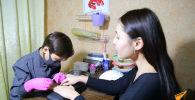 Подросток в Казахстане делает маникюр и зарабатывает на лечение брата - видео