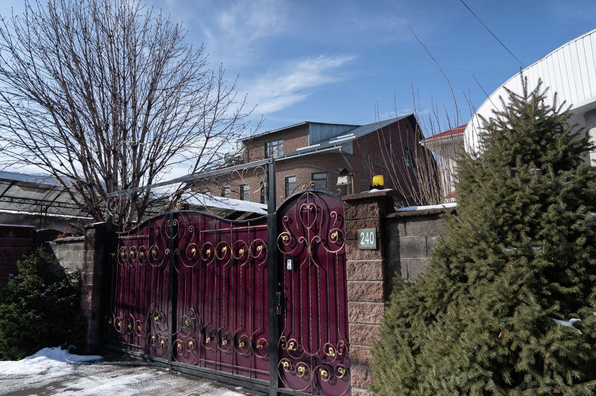 Местные жители предпочитают скрывать свою жизнь за высоким забором