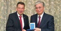 Токаев вручает орден президенту Международного комитета Красного Креста