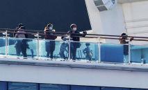 Пассажиры стоят на палубе круизного судна Diamond Princess