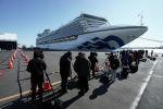 Представители СМИ снимают круизное судно  Diamond Princess
