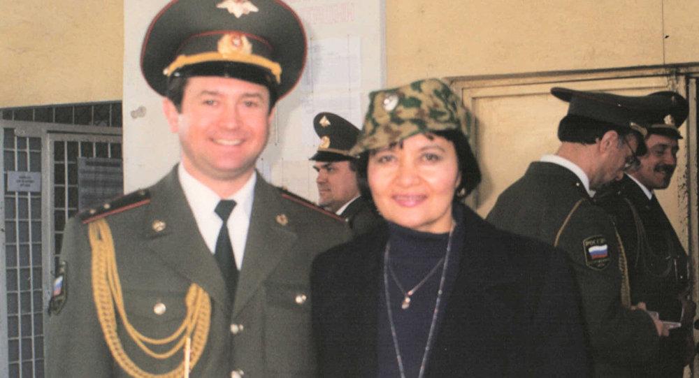 Солист ансамбля имени Александрова Вадим Ананьев (слева) и Ризвангуль Садыкова (справа)