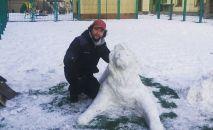 Астанчанин Бектур Майрин создает фигуры из снега