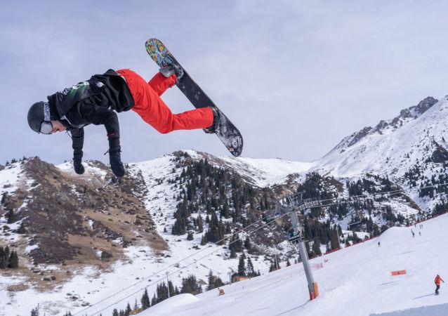 На горном курорте Шымбулак прошли Gorilla Winter Jungle - ежегодные соревнования на самые экстремальные трюки, выполненные мастерами полетов на сноуборде и лыжах