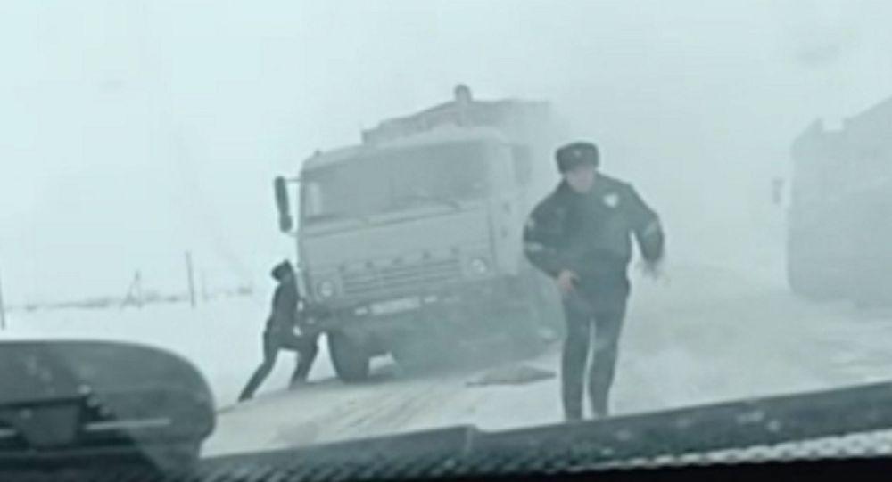 На трассе в Северо-Казахстанской области полицейские помогли потушить горящий КамАЗ