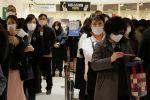 Люди в защитных масках торговом центре в Сеуле, Корея