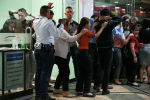 Устроивший стрельбу в торговом центре Манилы бывший охранник освободил заложников и сдался