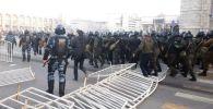 На площади Ала-Тоо в Бишкеке полиция разгоняет людей, собравшихся на митинг