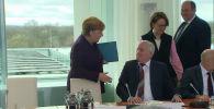 Заразительная шутка: министр внутренних дел Германии отказался пожать руку Меркель