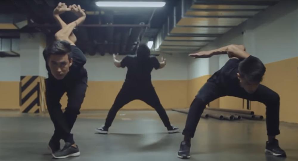 Кадр из видеоролика с необычным танцем кыргызстанских танцоров