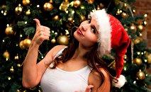 Девушка у новогодней ели