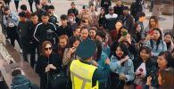Полицейские в Шымкенте спели на улице для прекрасных дам и подарили цветы