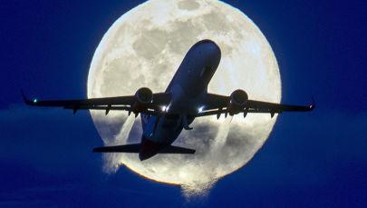 Самолет на фоне полной луны