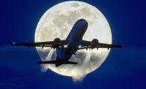 Самолет на фоне полной луны, архивное фото