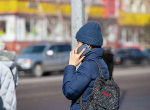 Девушки со смартфонами в Нур-Султане