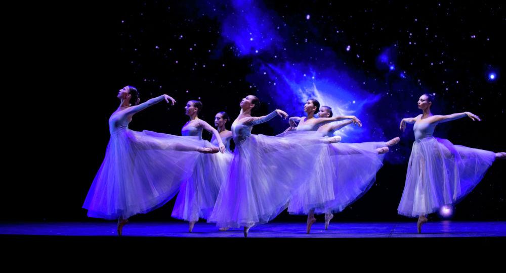 Астана Балет театрының әртістері өнер көрсетіп жатыр