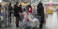 Покупатели в торговом комплексе Magnum Cash & Carry