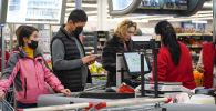 Покупатели в торговом комплексе
