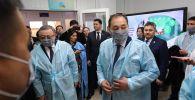 Заместитель премьер-министра Ералы Тугжанов во время посещения Актюбинской областной инфекционной клинической больницы