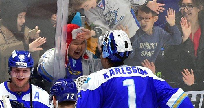 Хоккеисты Барыса и болельщики