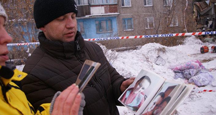 Родственники погибших при обрушении жилого дома в пос. Шахан города Шахтинска