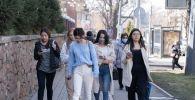 Люди в масках на улицах Алматы