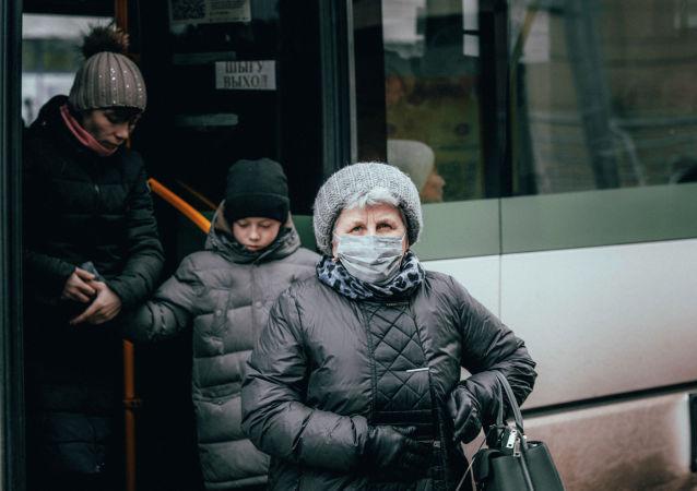 Люди в масках на улицах Нур-Султана