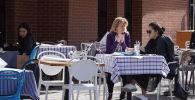 Алматинцы в уличном кафе