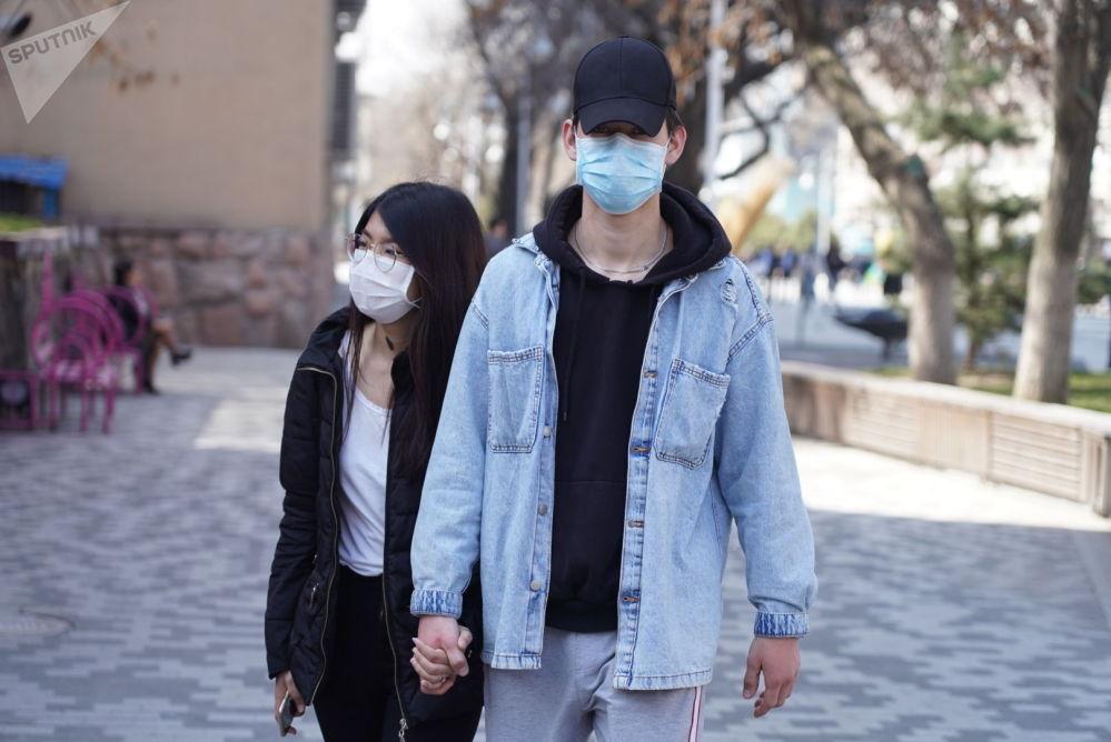 Алматинцы в медицинских масках