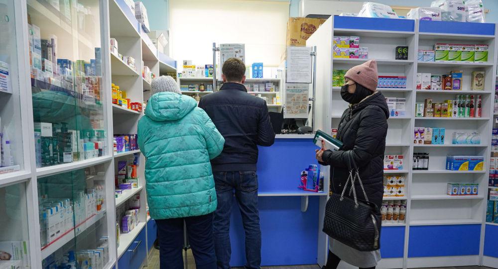 Люди в масках в очереди в аптеке в Нур-Султане
