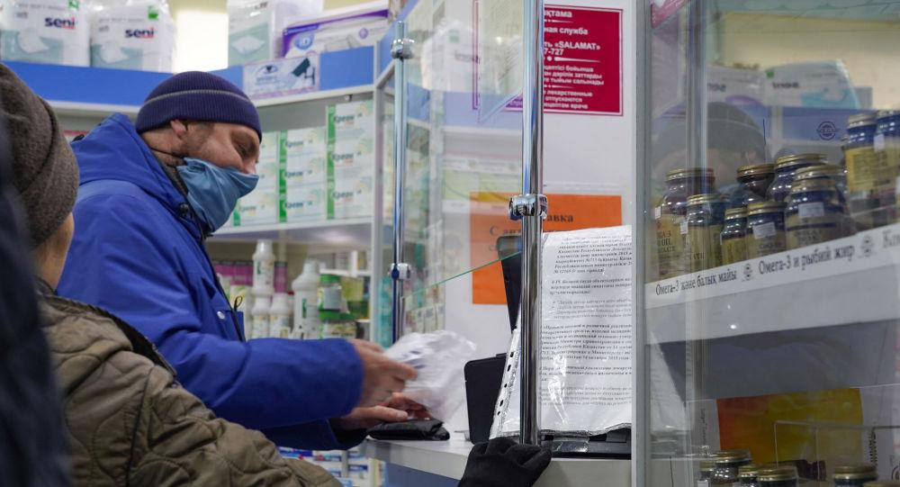 Люди приобретают маски в аптеке